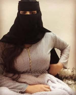 Arabe transexuelle portant le voile à Versailles